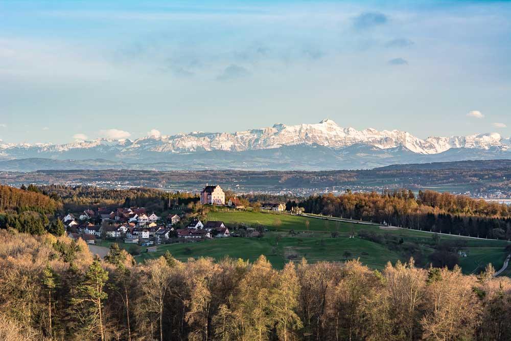 Berge am Bodensee mit Schloss Freudental