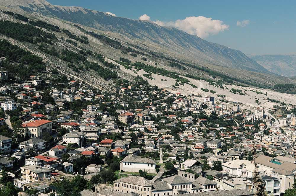 Die Berge hinter Gjirokastra