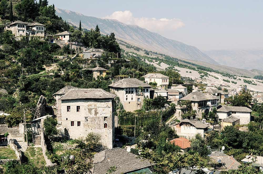Gjirokastra und der Hang, an dem es liegt