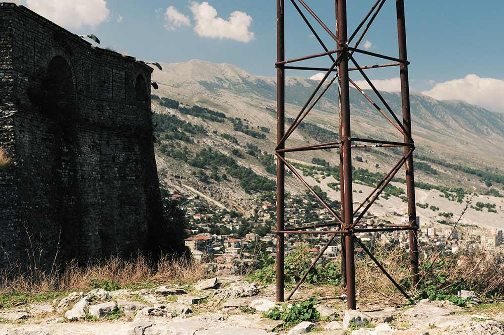 Rostiger Mast in Gjirokastra