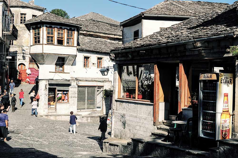 Der zentrale Platz von Gjirokastra