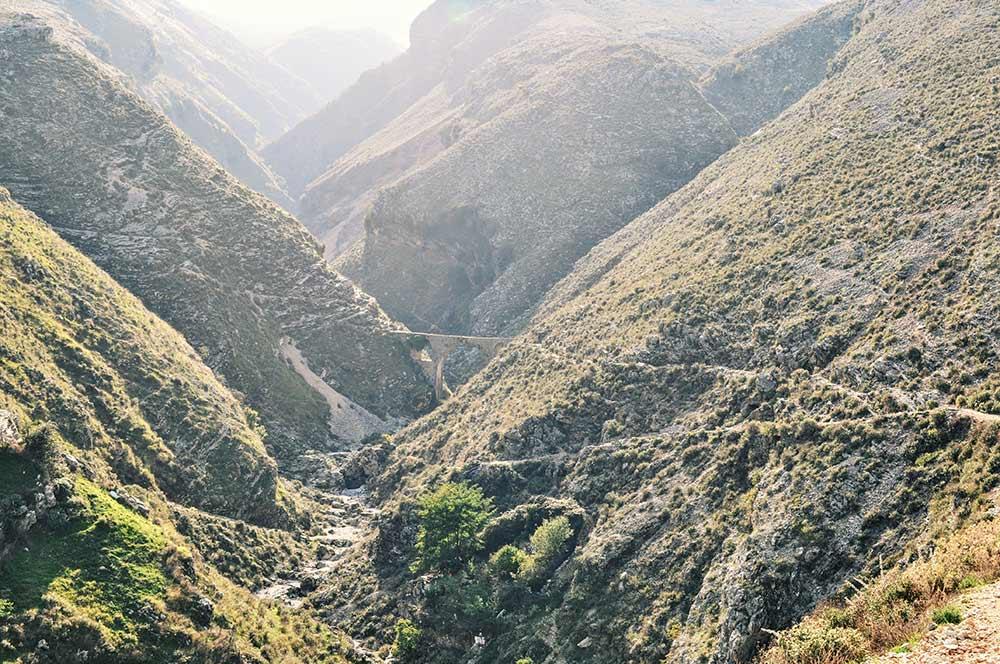 Tal mit Aquädukt bei Gjirokastra
