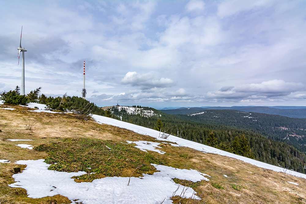 Ein guter Aussichtspunkt im Schwarzwald: die Hornisgrinde mit Windrad und Sendemast