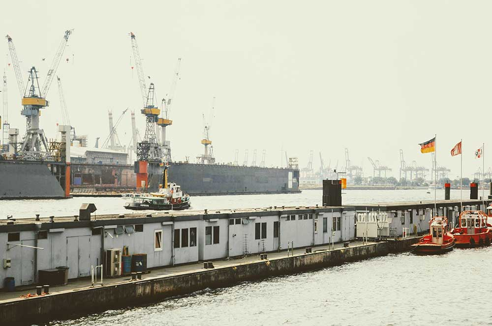 Die Elbe in Deutschland - am riesigen Hafen von Hamburg