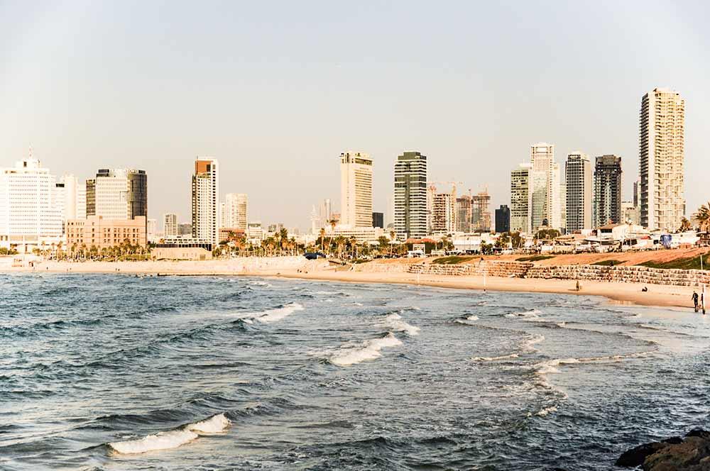 In diesem Bild ist die Skyline von Tel Aviv im Mittelmeerland Israel zu sehen.