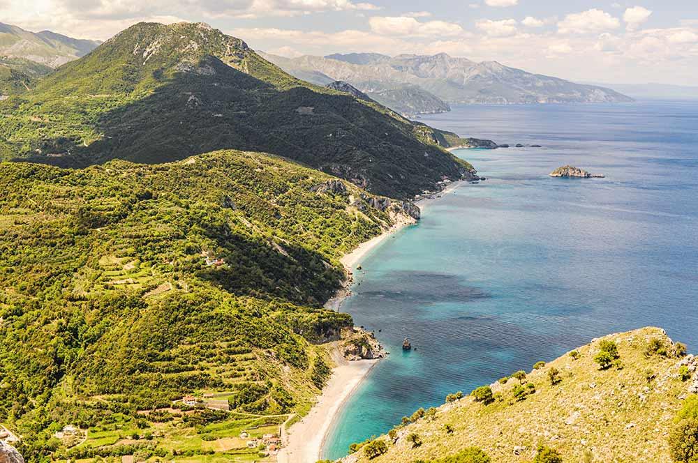 In diesem Bild ist die wilde und gebirgige Mittelmeerküste auf der Insel Euböa in Griechenland zu sehen.