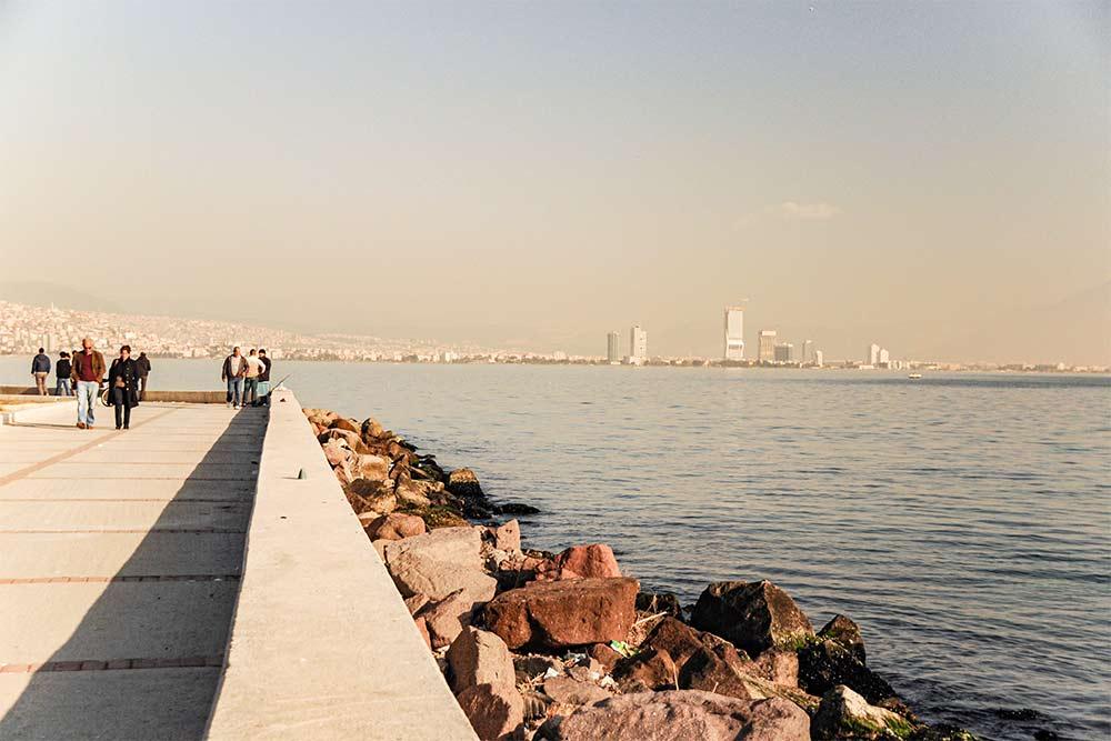 In diesem Bild ist die Mittelmeerküste in Izmir in der Türkei zu sehen.