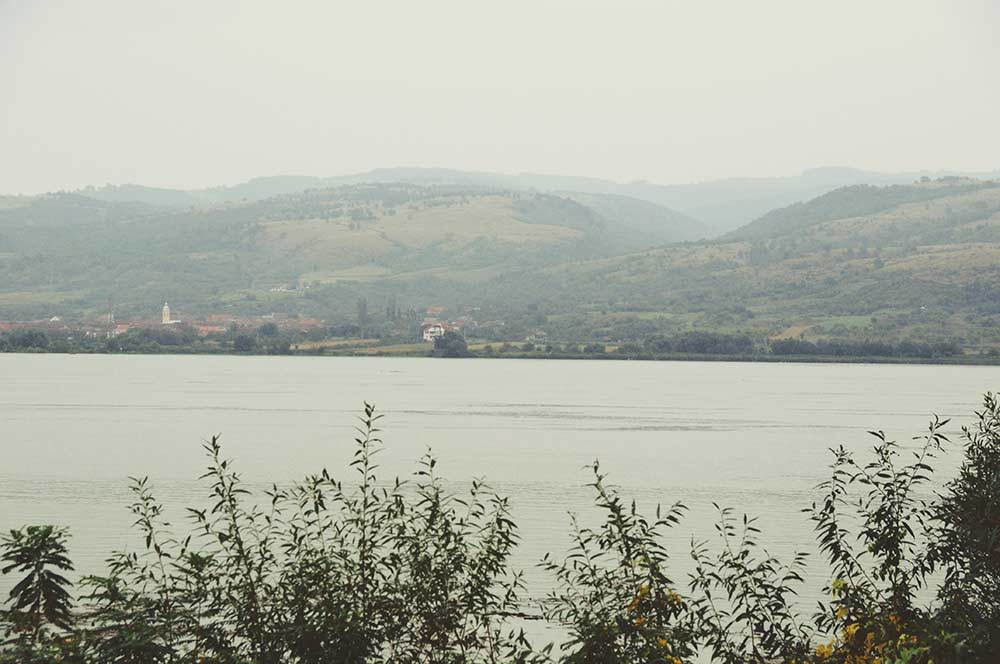 Hier in diesem Bild fließt die Donau als Grenzfluss zwischen Serbien und Rumänien, noch einige Hundert Kilometer weit von der Donaumündung entfernt. Und doch schon riesengroß.