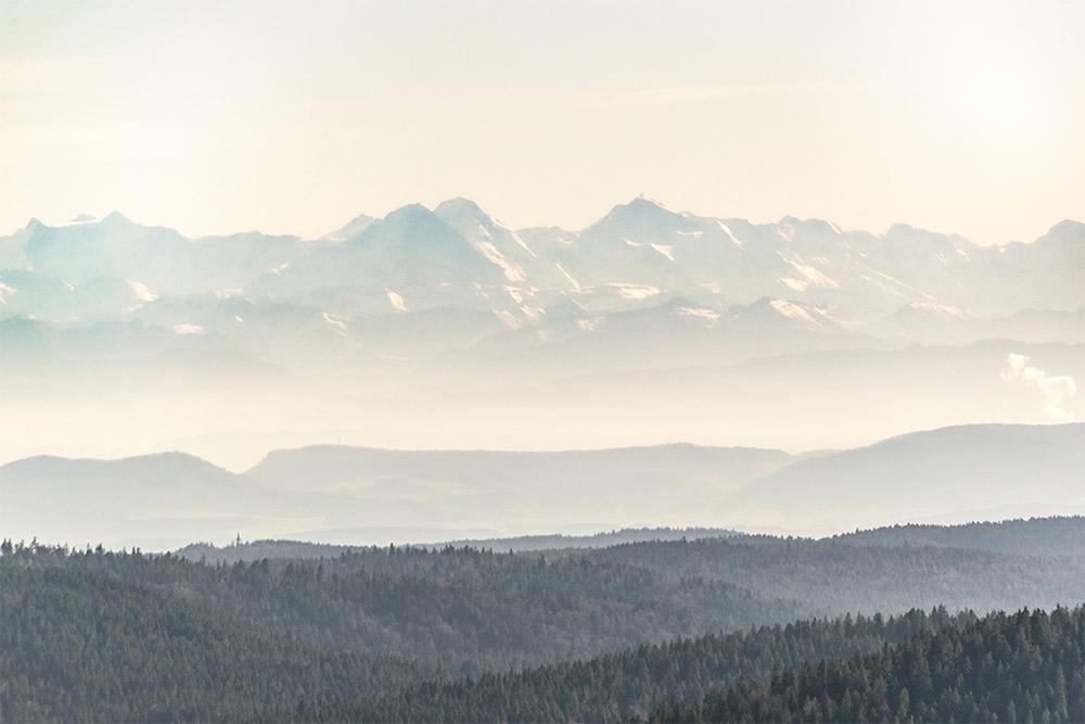 Das Bild zeigt die Berge des Berner Oberlands, wie du sie vom Gipfel des Herzogenhorns aus sehen kannst. Die Berge gehören zu den höchsten Alpenbergen der Schweiz und sie befinden sich rund 150 Kilometer vom Herzogenhorn entfernt.