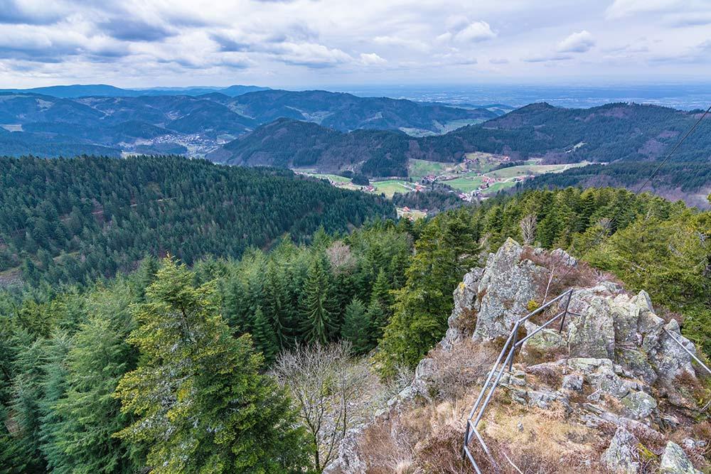 Das Bild zeigt die Aussicht vom Hohfelsen nicht weit von der Hornisgrinde entfernt.