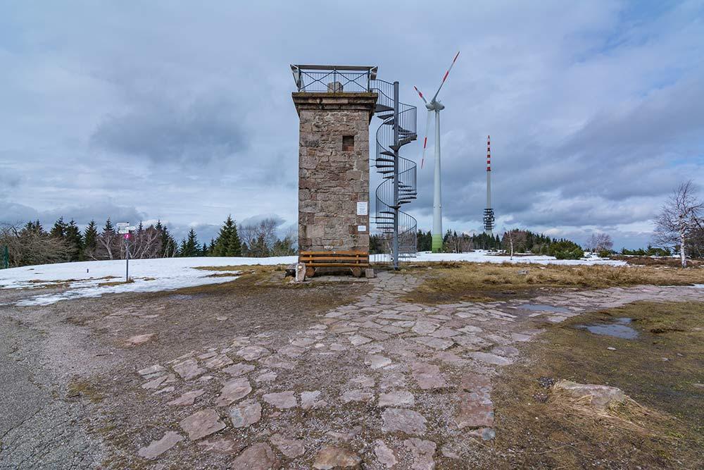 Das Bild zeigt den Bismarckturm auf dem Gipfel der Hornisgrinde.
