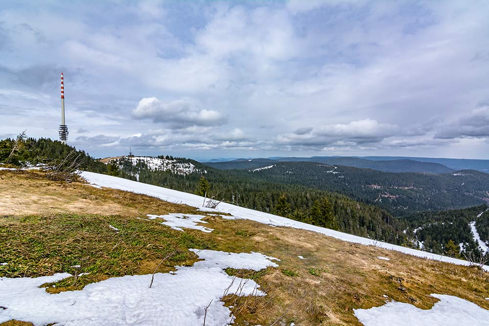 Auf diesem Bild ist die Aussicht vom Gipfel der Hornisgrinde aus über den Schwarzwald zu sehen.