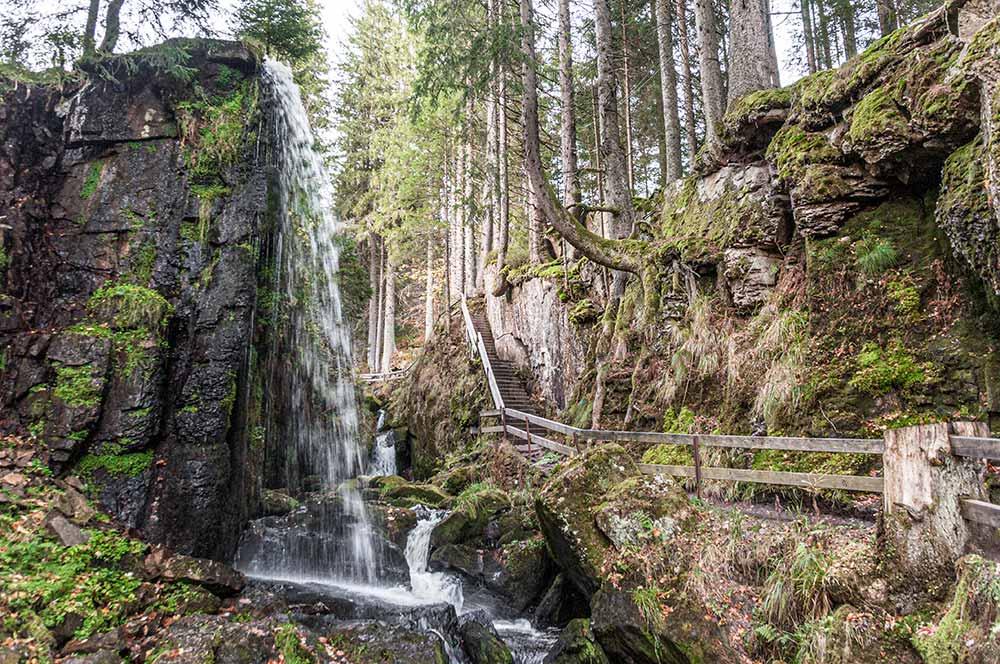 Auf dem Bild sind die Menzenschwander Wasserfälle zu sehen. Wenn du zum Herzogenhorn wanderst, lohnt sich der kleine Abstecher dorthin.