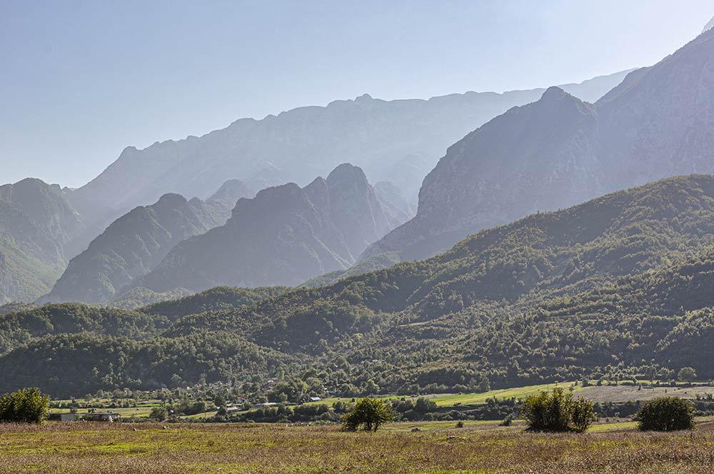 Das Bild zeigt ein einsames Tal im Innenland von Albanien. Auf dem Balkan bist du schnell an Stellen, an denen nicht mehr viele Menschen unterwegs sind.