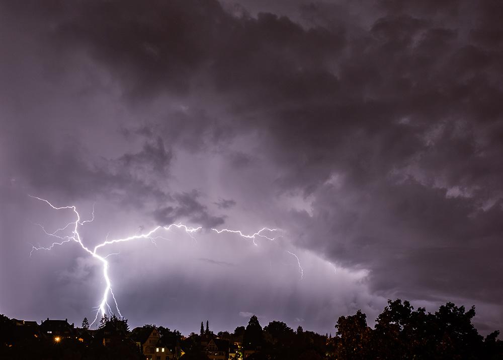 Blitzer fotografieren ist ganz einfach! Auf dem Bild siehst du einen Blitz, der dabei fotografiert wurde, wie er irgendwo einschlägt.