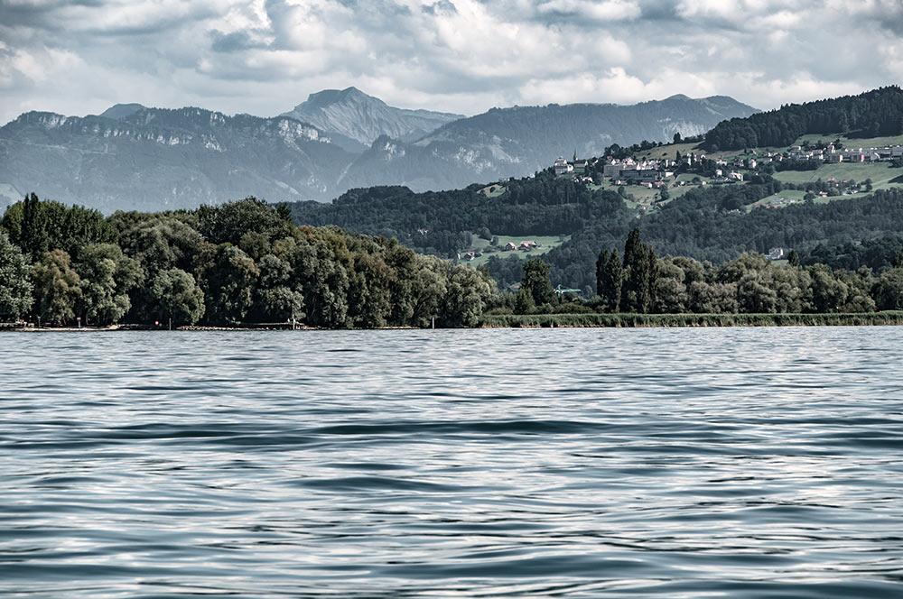 Im Bild siehst du, wie die Schweiz an den Bodensee grenzt. Das Ufer rechts gehört zum schweizer Kanton St. Gallen. Die Berge im Hintergrund gehören bereits zu Österreich.