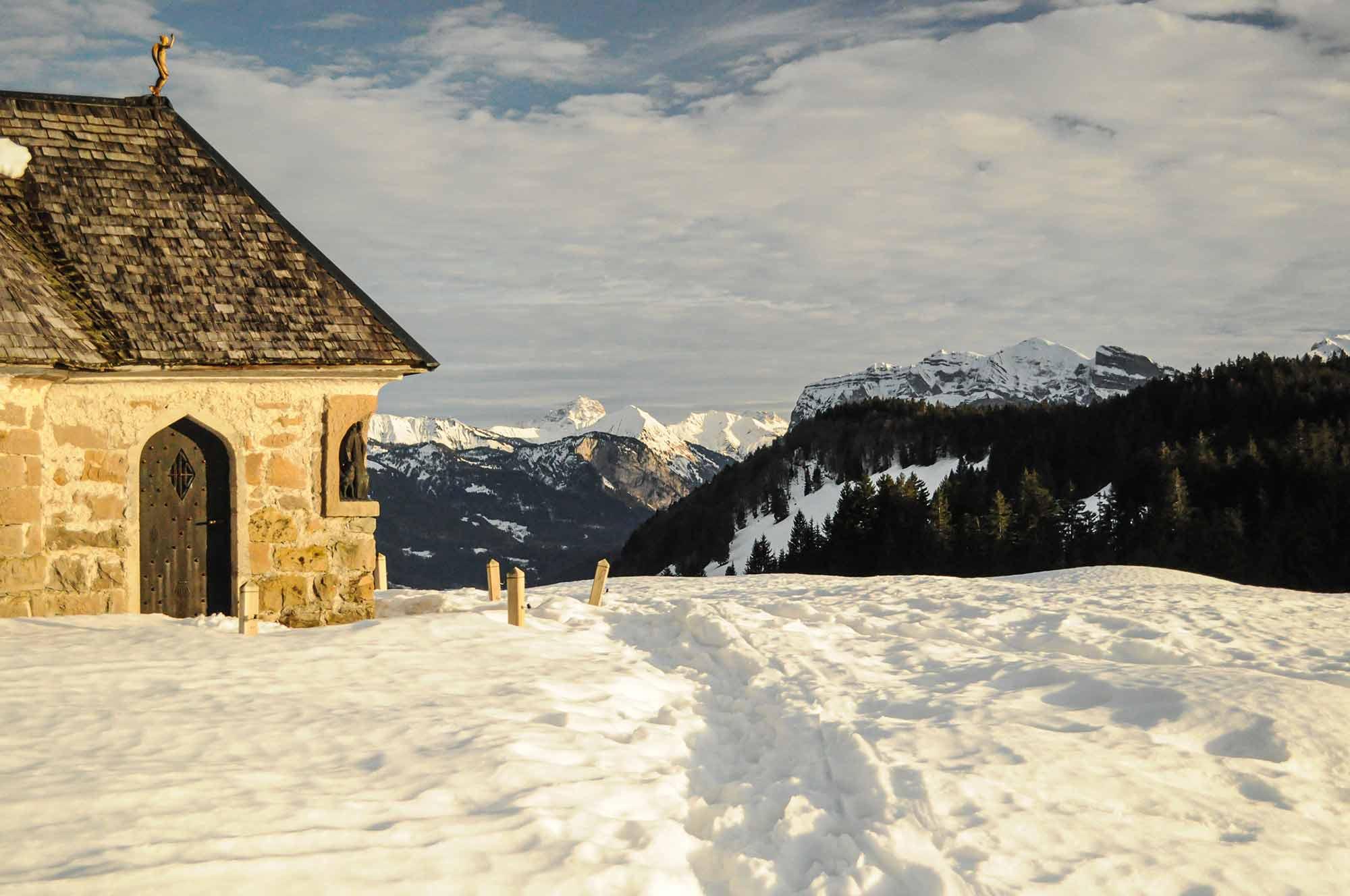 Im Bild ist eine Berglandschaft der Alpen im Bundesland Voralberg von Österreich zu sehen
