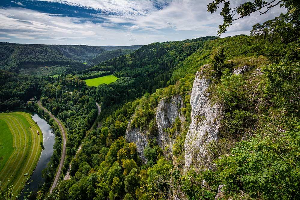 Auf dem Bild kannst du die Aussicht über das obere Donautal vom Eichfelsen aus sehen. Der Eichfelsen ist einer der besten Aussichtspunkte der Gegend.