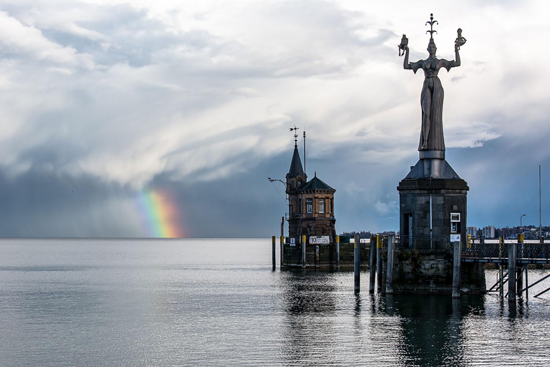 Bild vom Konstanzer Hafen am Bodensee mit Regenbogen