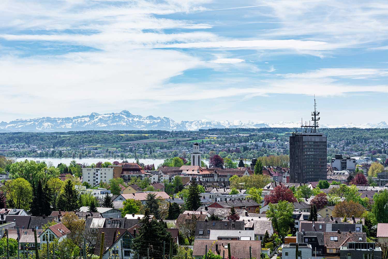 Das Bild zeigt den Bodensee mit Konstanz und den Alpen dahinter - aufgenommen am Bismarckturm in Konstanz