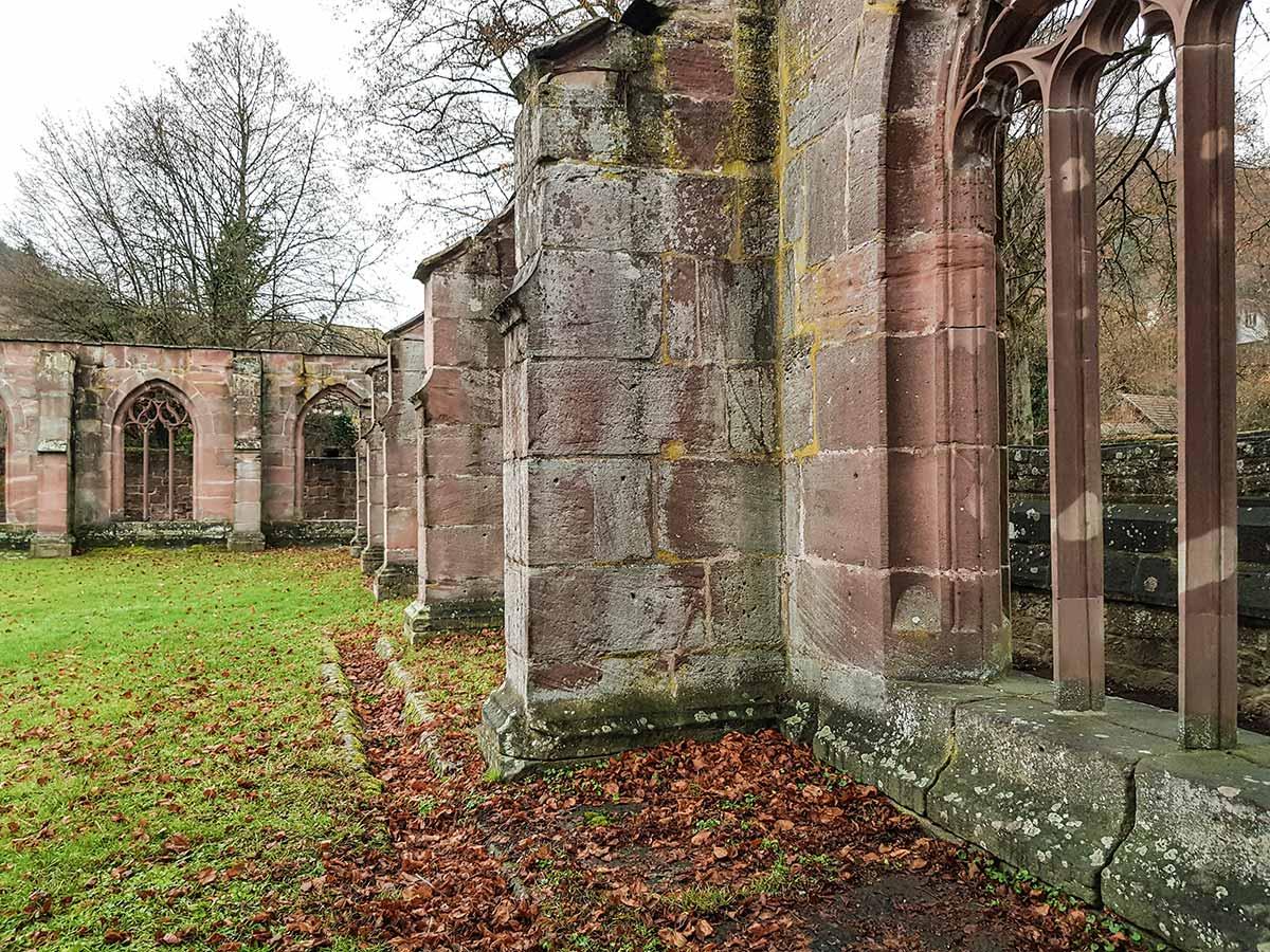 Im Kloster Hirsau gibt es die Ruinen des Kreuzgangs. Sie sind einigermaßen gut erhalten und geben einen guten Eindruck davon, wie das Kloster einst ausgesehen hat.