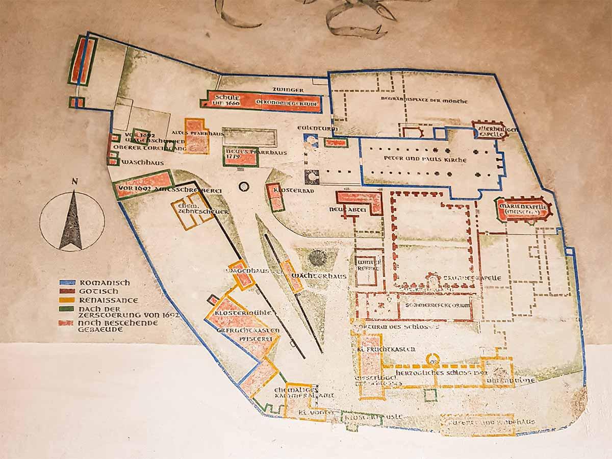 Im Bild: An einem der Eingänge hängt diese Übersichtskarte. Hier siehst du, wie das Kloster Hirsau aufgeteilt war.