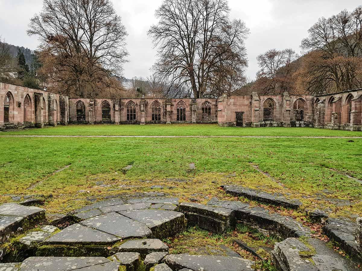 Im Bild zu sehen: Am Rande des alten Klosterhofs von Hirsau befindet sich das Fundament eines großen Brunnens.