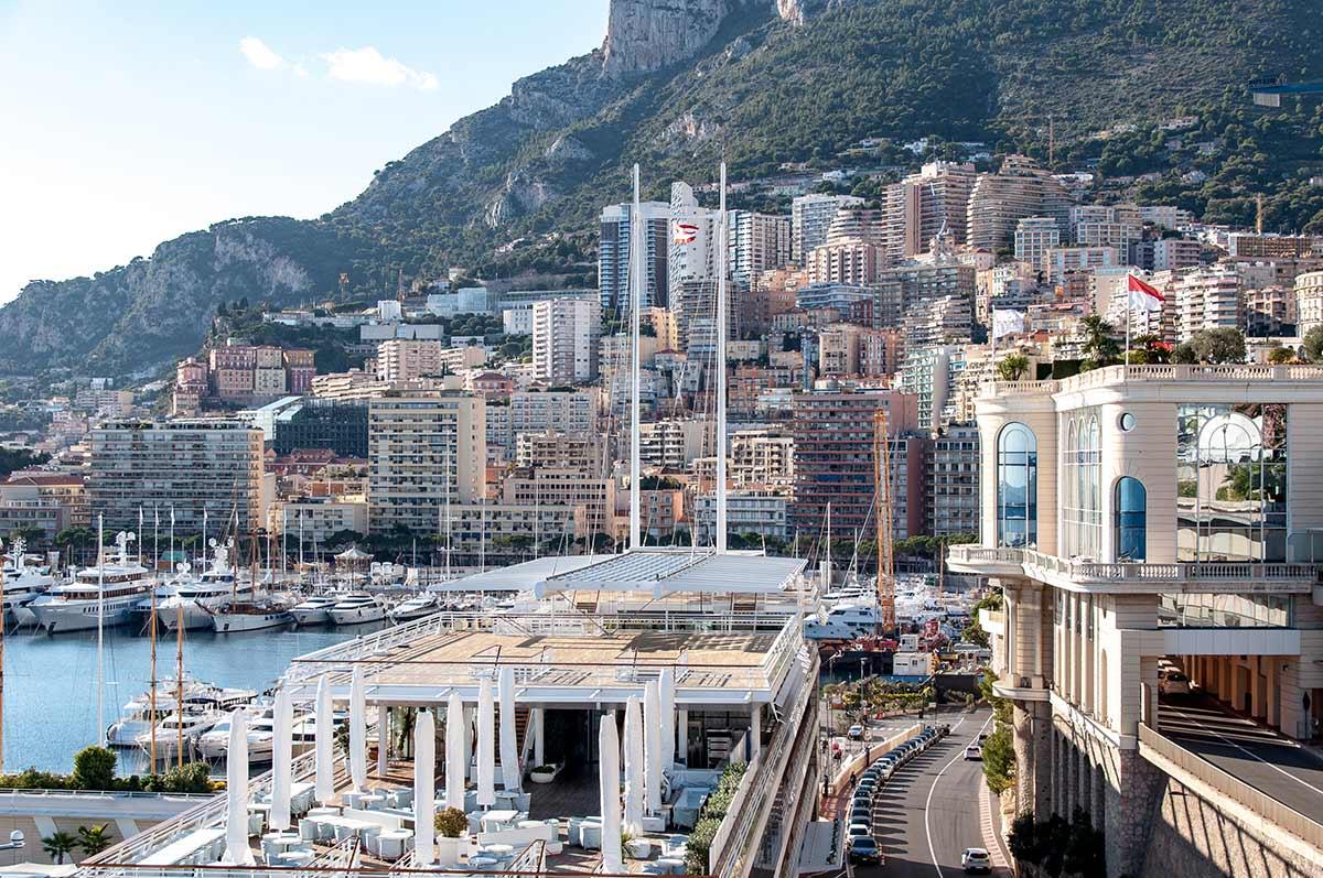 Auf dem Bild ist Monaco zu sehen: Monaco ist ein Zwergstaat. Die Berge im Hintergrund gehören bereits zu seinem einzigen Nachbarland Frankreich.