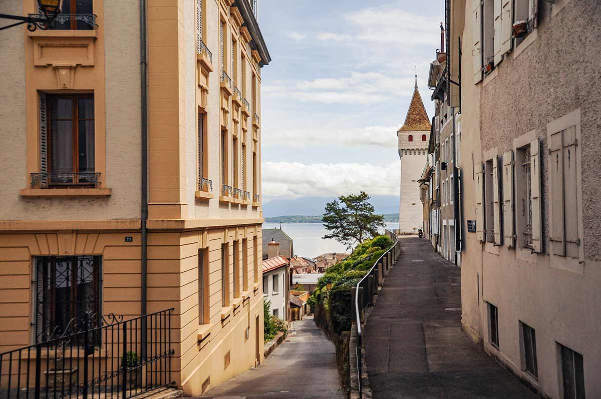 Auf dem Bild ist der Genfer See zu sehen. Sowohl Frankreich als auch sein Nachbarland Schweiz liegen am Ufer des Genfer Sees.