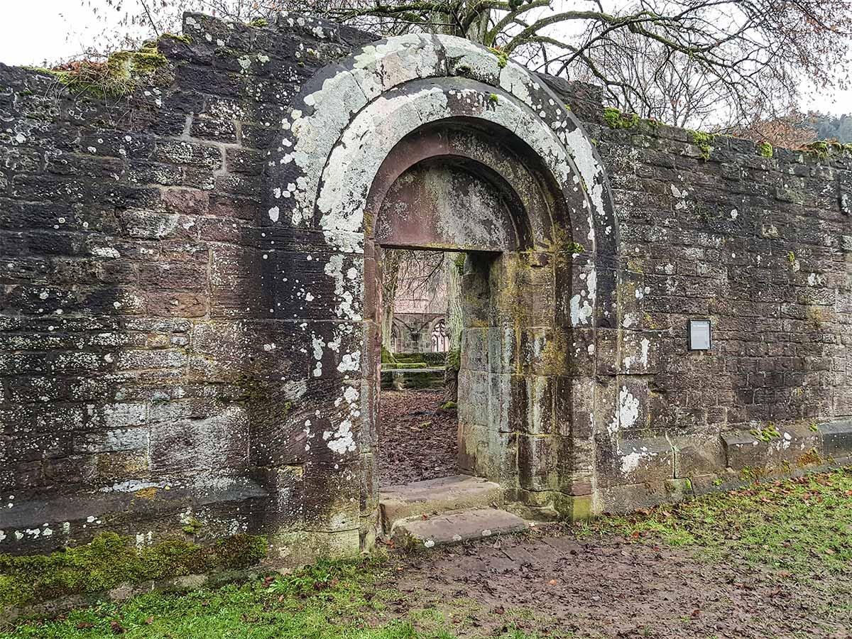 Im Bild zu sehen: Ein Tor in der Klosterruine von Hirsau in Richtung des Kreuzgangs und der Marienkappelle.