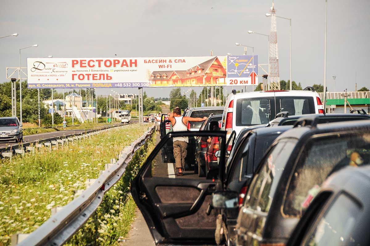 Auf dem Bild kannst du die Grenze von Polen zu seinem Nachbarland Ukraine sehen. Lange Staus vor der Grenzkontrolle sind hier möglich.