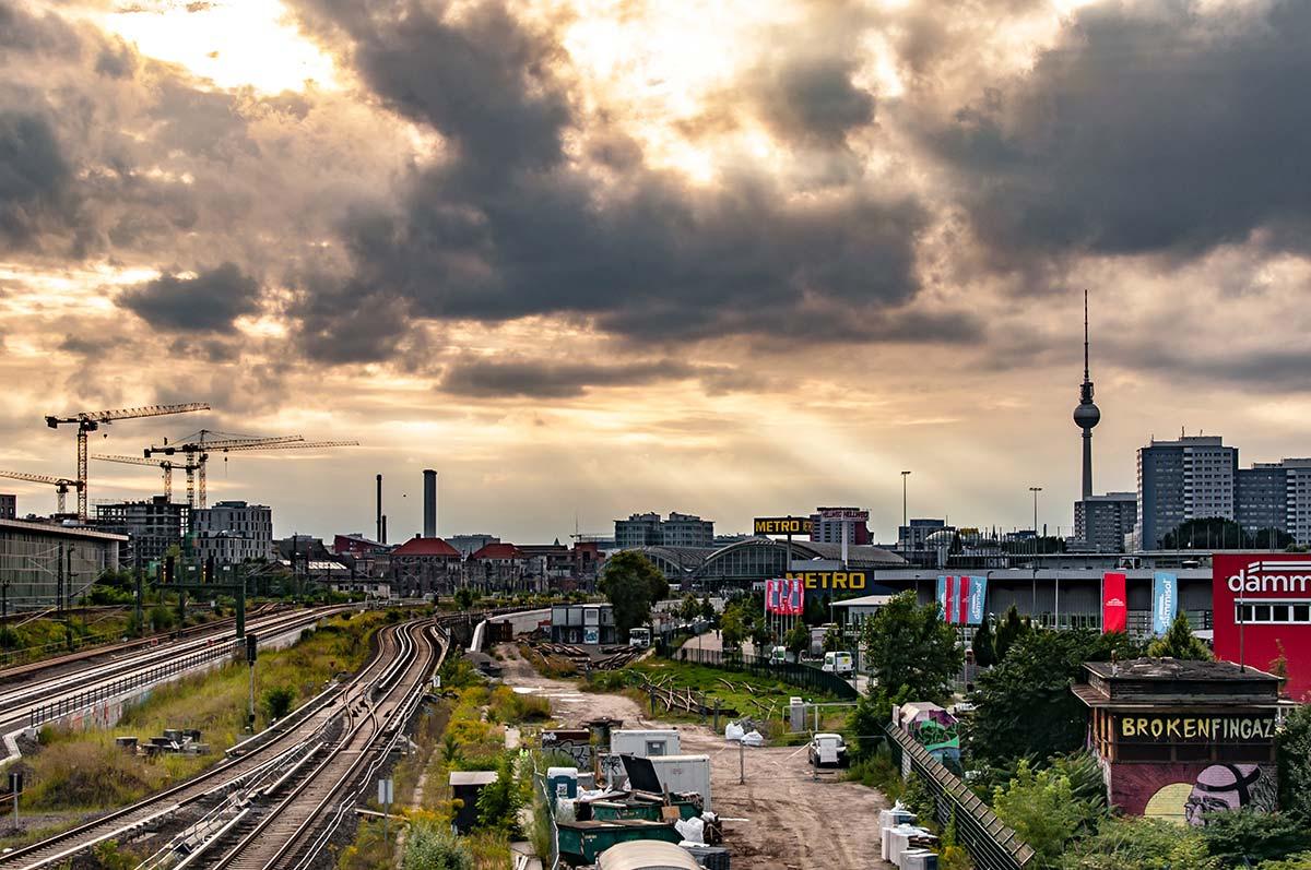 Im Bild zu sehen ist eine Ansicht von Berlin. Nicht weit von der Oberbaumbrücke entfernt: Von der Warschauer Brücke aus hast du einen wunderbaren Blick über Berlin.