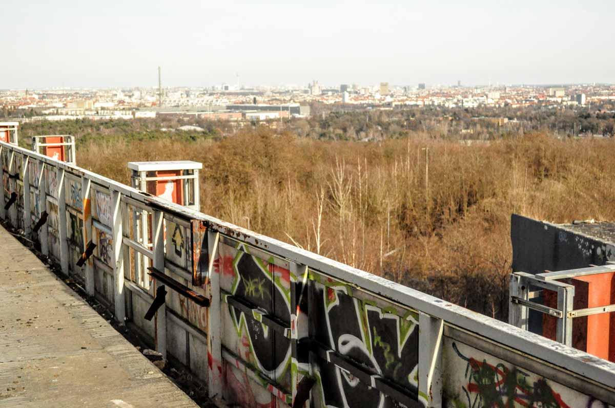 Aussicht vom Teufelberg aus über die Skyline von Berlin.
