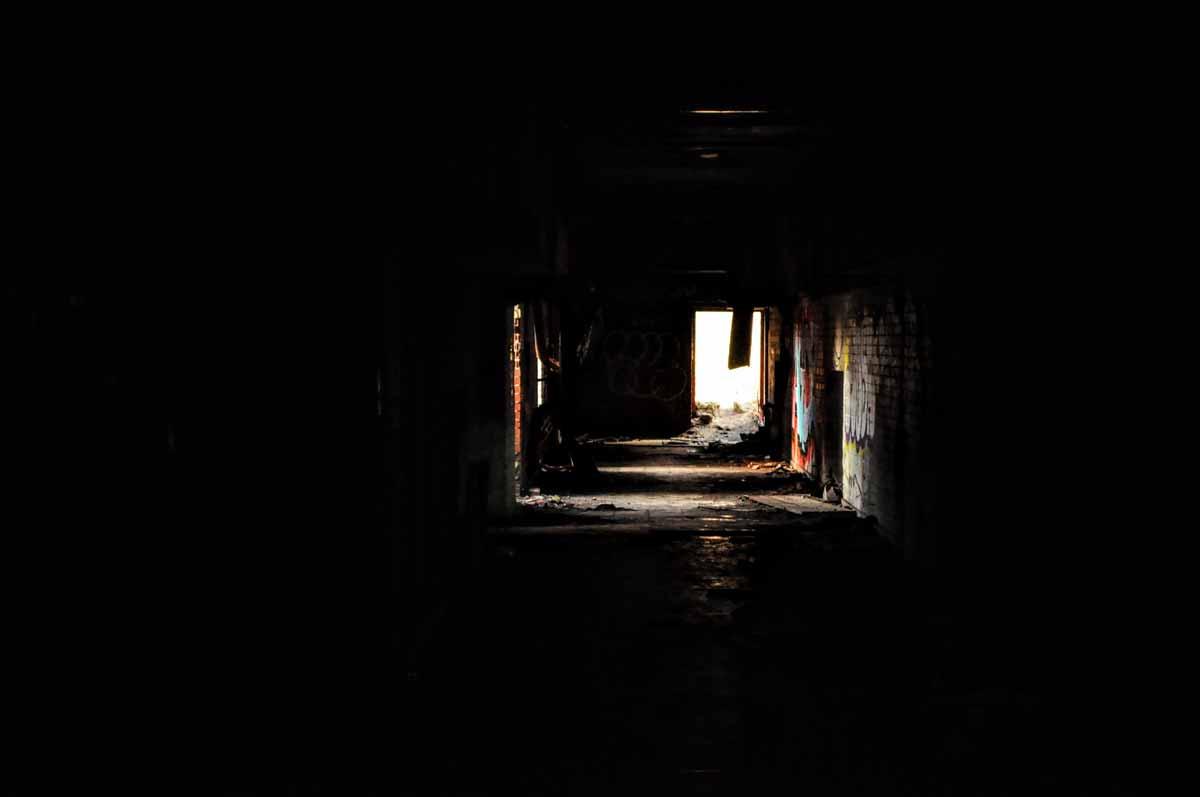 Dunkler Gang in der Ruine der verlassenen Abhörstation auf dem Teufelsberg.