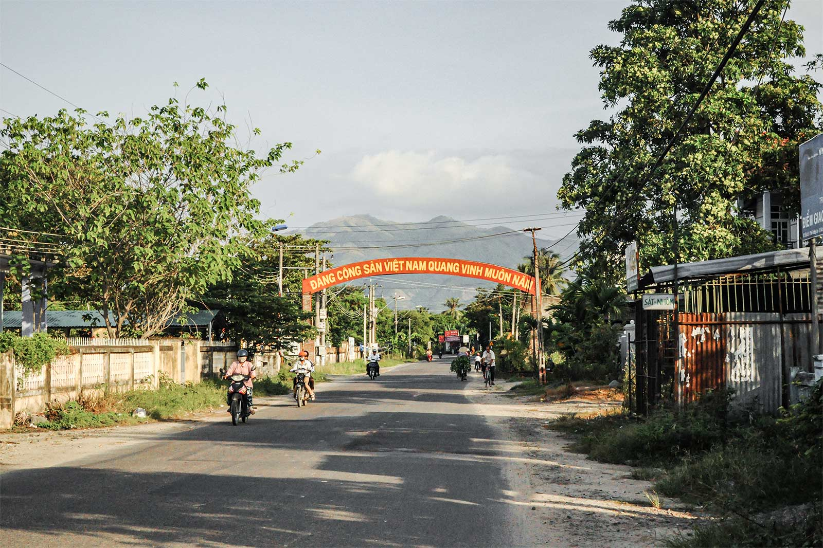 Im Bild ist eine Straße in Vietnam zu sehen. Vietnam ist eines der Nachbarländer von China.
