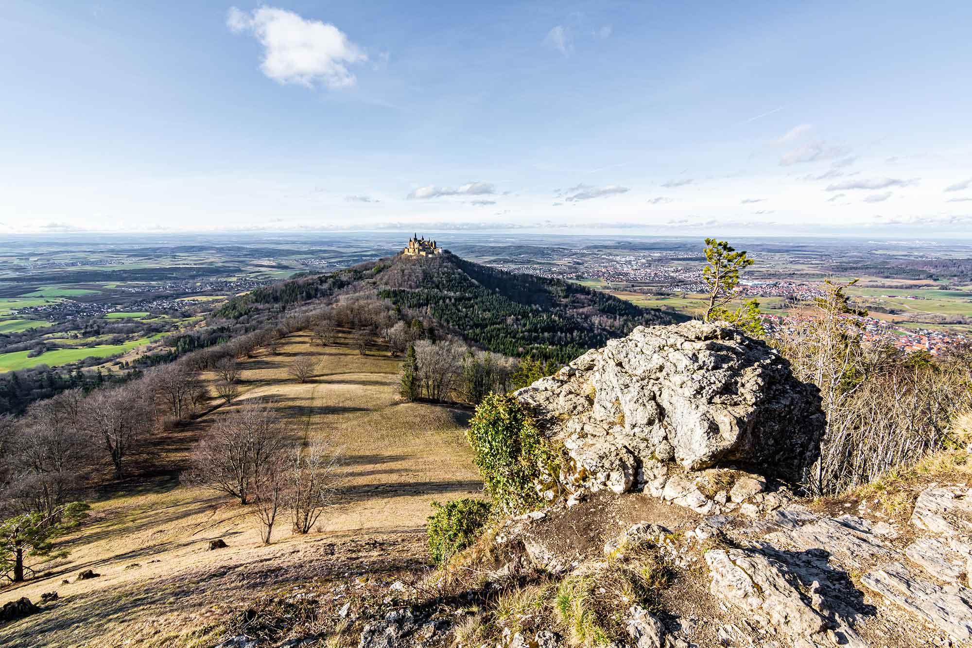 Im Bild ist die Aussicht auf die Baden-Württemberger Burg Hohenzollern zu sehen