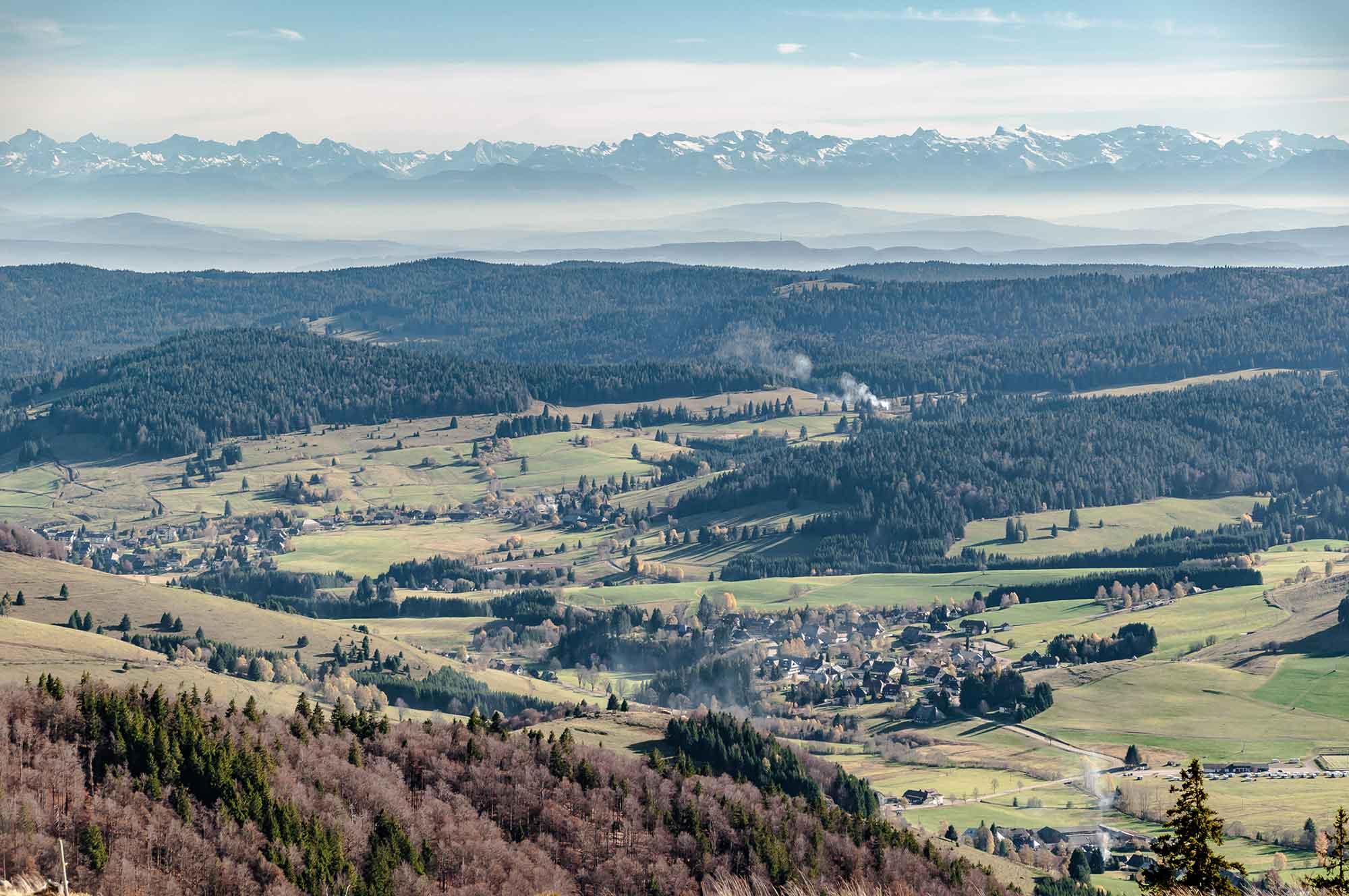 Im Bild ist die Aussicht vom Herzogenhorn über den Süden Baden-Württembergs zu sehen