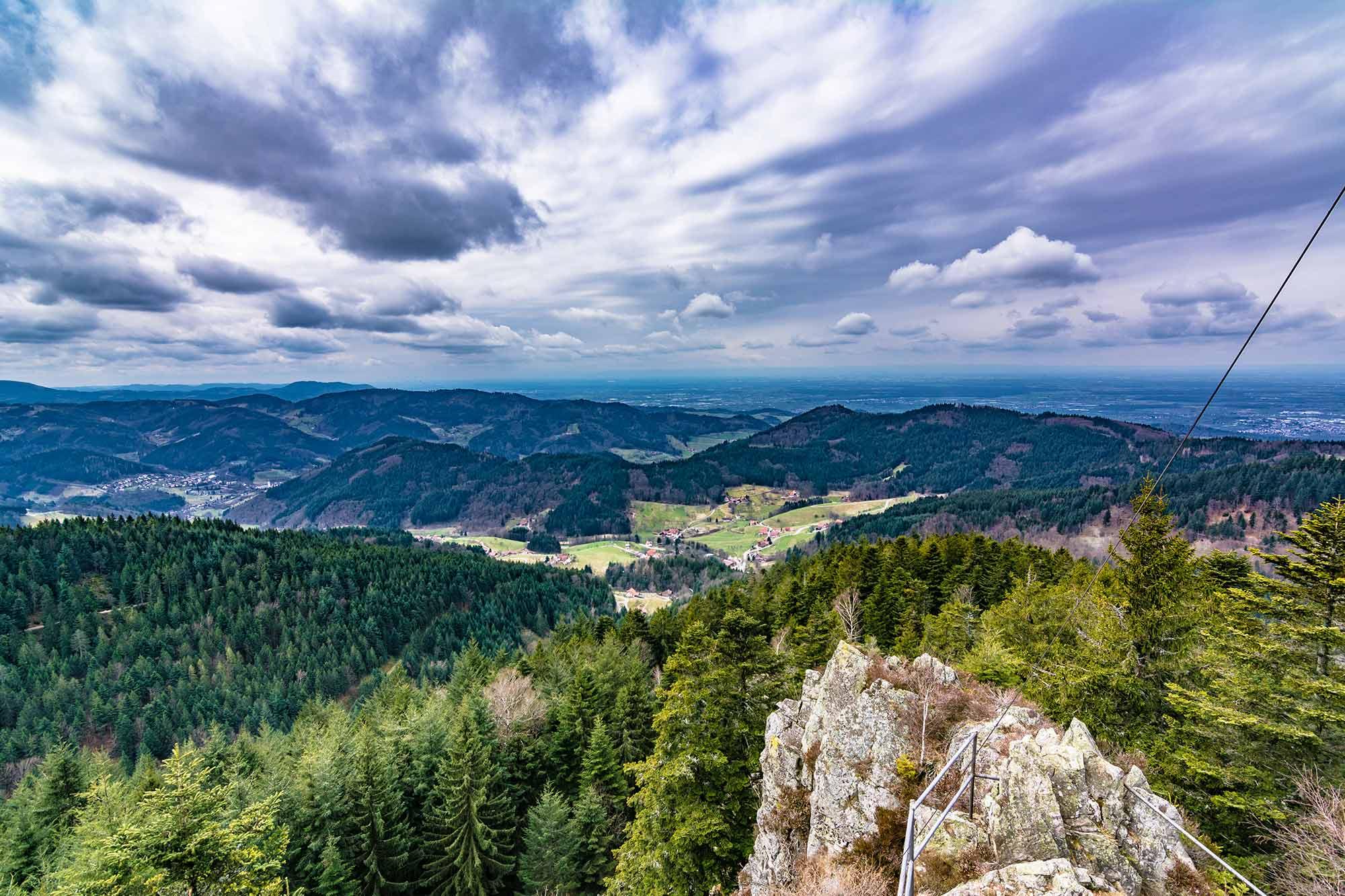 Im Bild ist die Aussicht vom Hohfelsen im Süden Baden-Württembergs zu sehen
