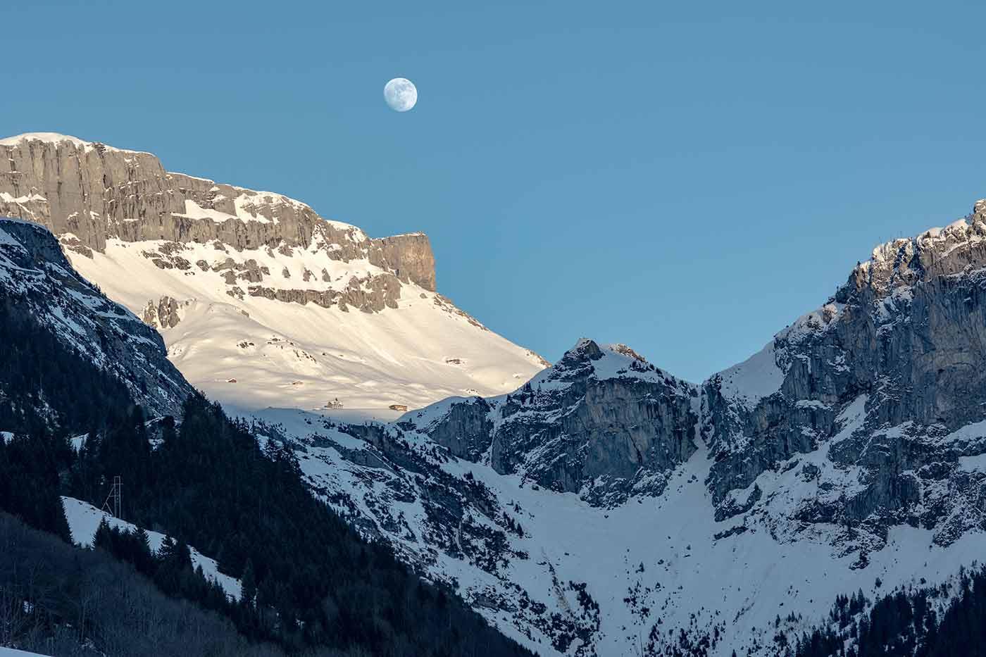 Mond über den Bergen im Schweizer Kanton Uri