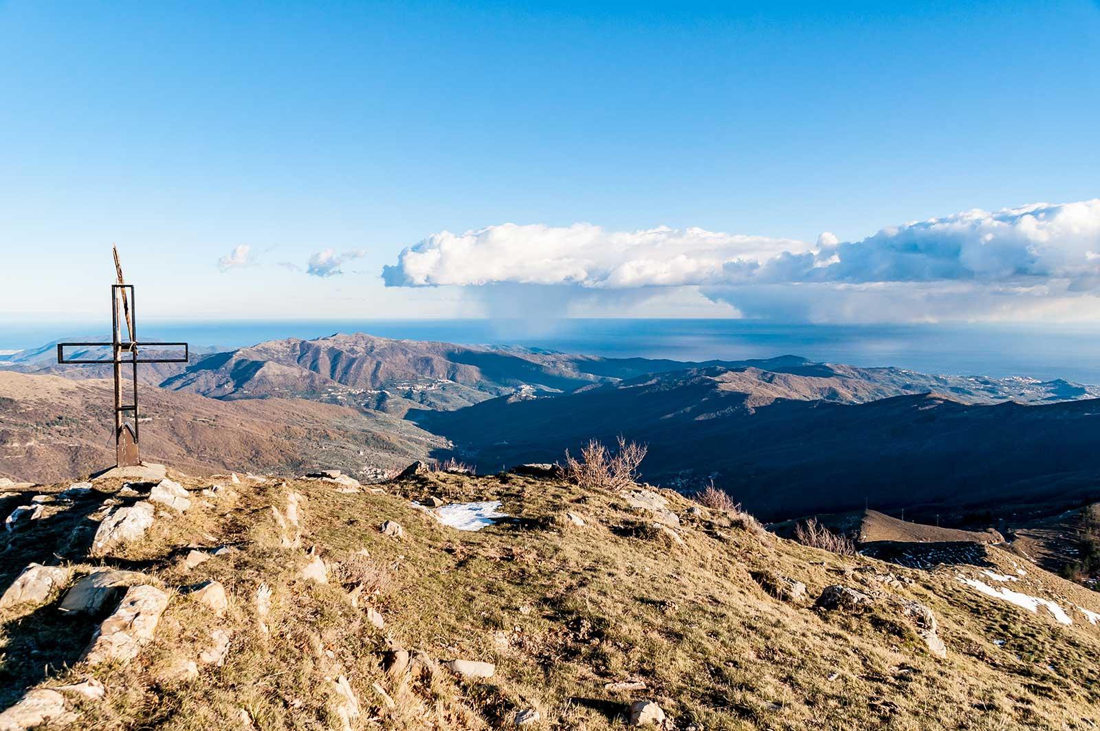 Blick über die Landschaft und das Mittelmeer in der italienischen Region Ligurien