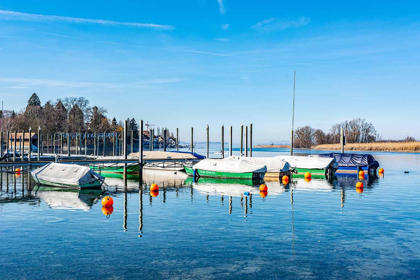 Boote im Schweizer Kanton Thurgau am Seerhein - auf der anderen Seite ist bereits das Deutsche Ufer