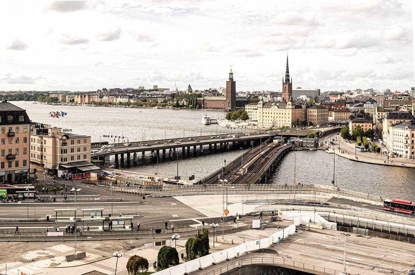 Stockholm ist die Hauptstadt von Schweden und gilt auch als die Hauptstadt von ganz Skandinavien. Auf dem Gebäude links wehen die Flaggen der Länder von Skandinavien.