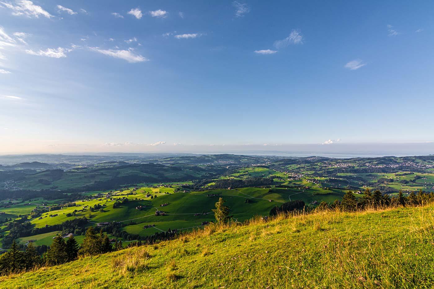 Ein spektakulärer Aussichtspunkt in der Nähe des Bodensees ist die Hundwiler Höhi - von dort kann man toll die Alpen und die Landschaft der Bodenseeregion sehen