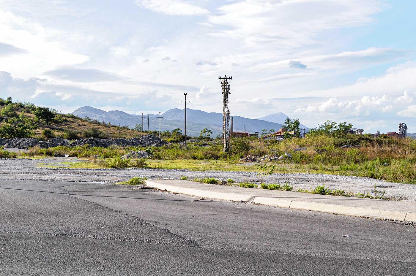 Straßenszene im europäischen Land Montenegro, nahe der Hauptstadt Podgorica