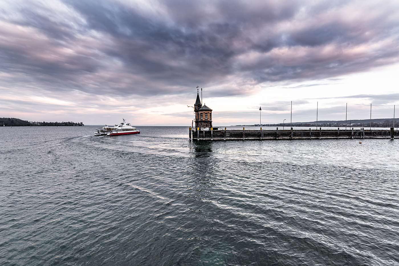 Im Bild ist der Hafen von Konstanz am Bodensee zu sehen - dieser liegt nicht weit vom Hotel Halm entfernt